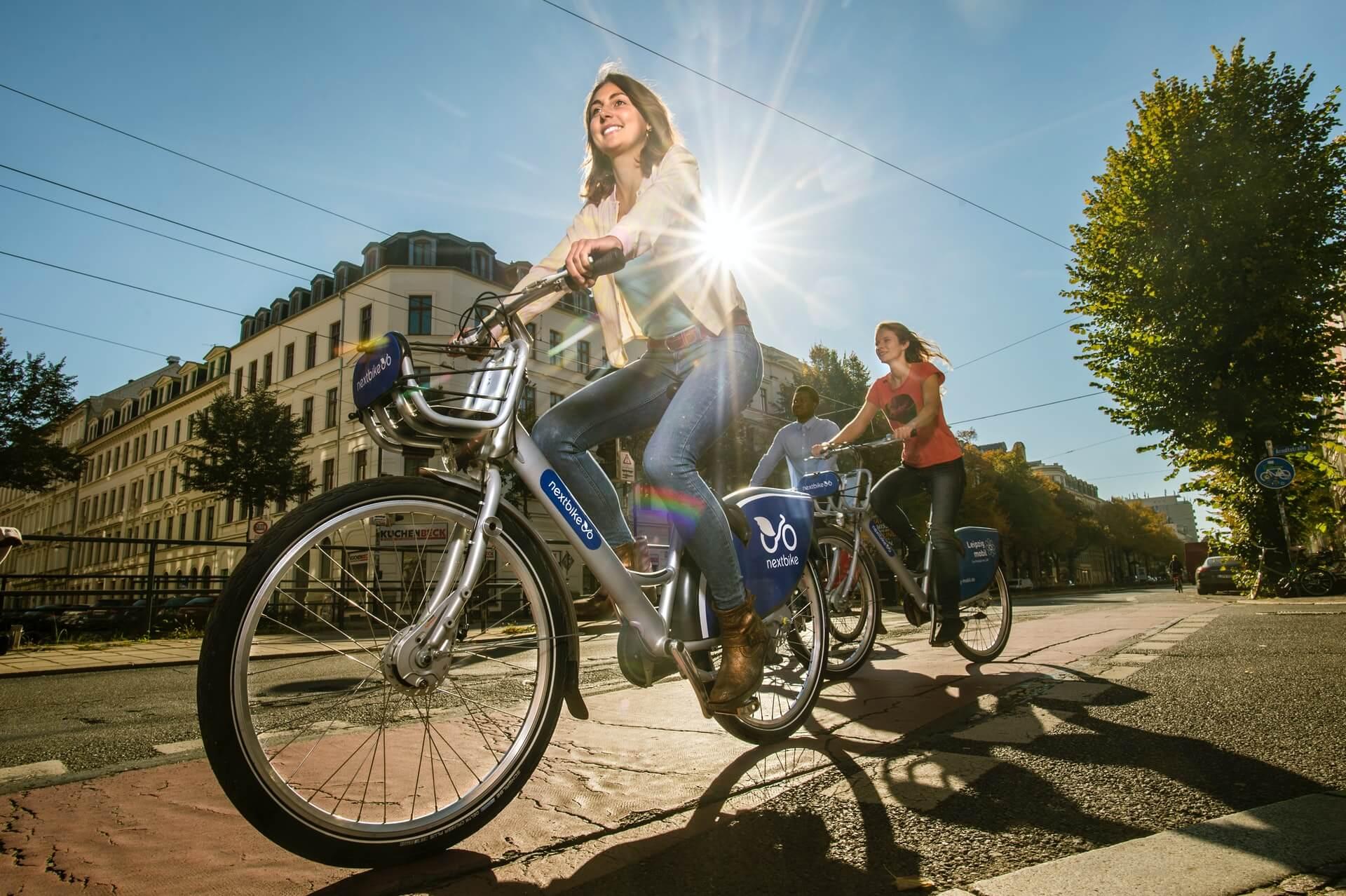 Hacer bicicleta en el día de descanso de la rutina de ejercicio.
