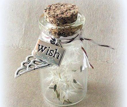 botella con deseos simbolizando los rituales de la felicidad
