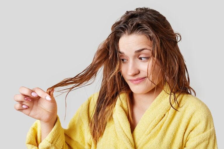 ¿Por qué hay que evitar dormir con el pelo mojado?