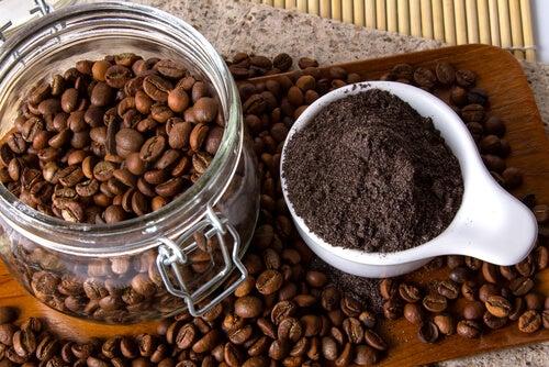 Exfoliante de café y menta para eliminar la celulitis