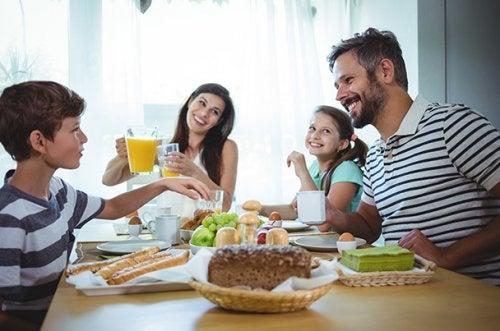 Familia desayunando.