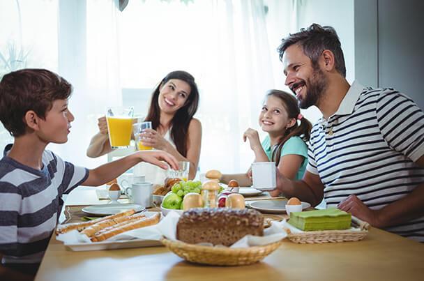Familia desayunando con calma
