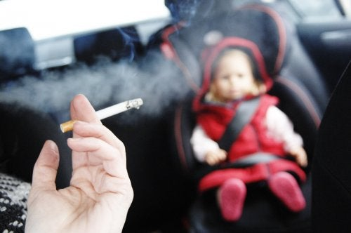 Humo de tabaco en el coche con un niño
