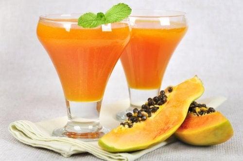Trozos y jugo de papaya