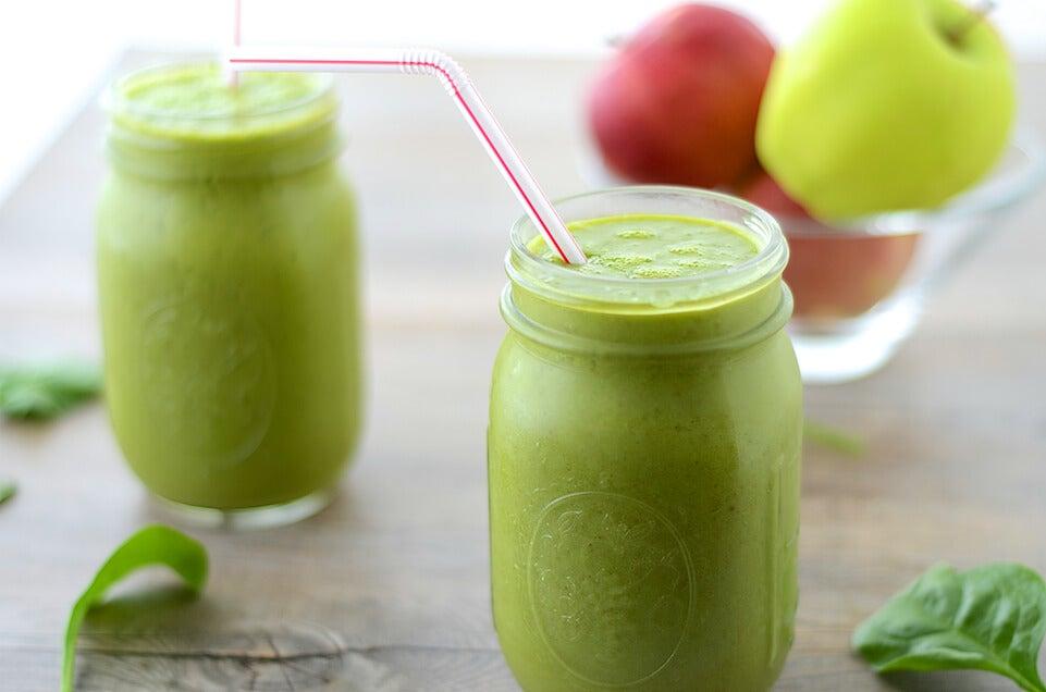 Jugo fresco de manzana verde en frasco de vidrio