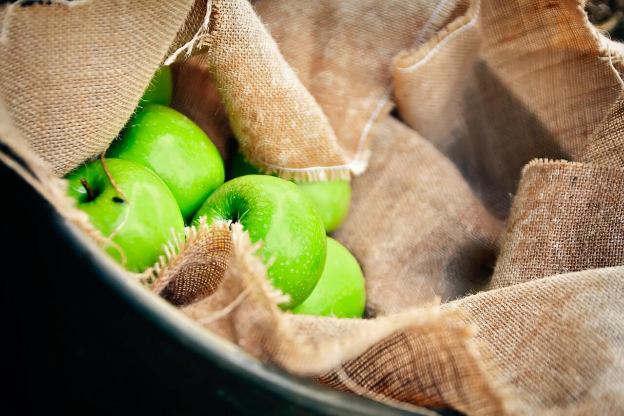 Manzanas verdes para agregar al pollo con ciruelas.