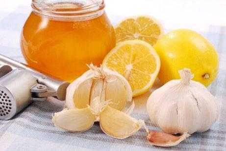 Miel, ajo, y limón para retrasar el envejecimiento, en conjunto con la linaza