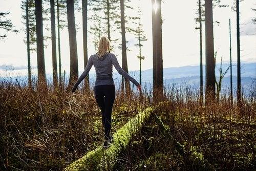 Mujer paseando en el bosque