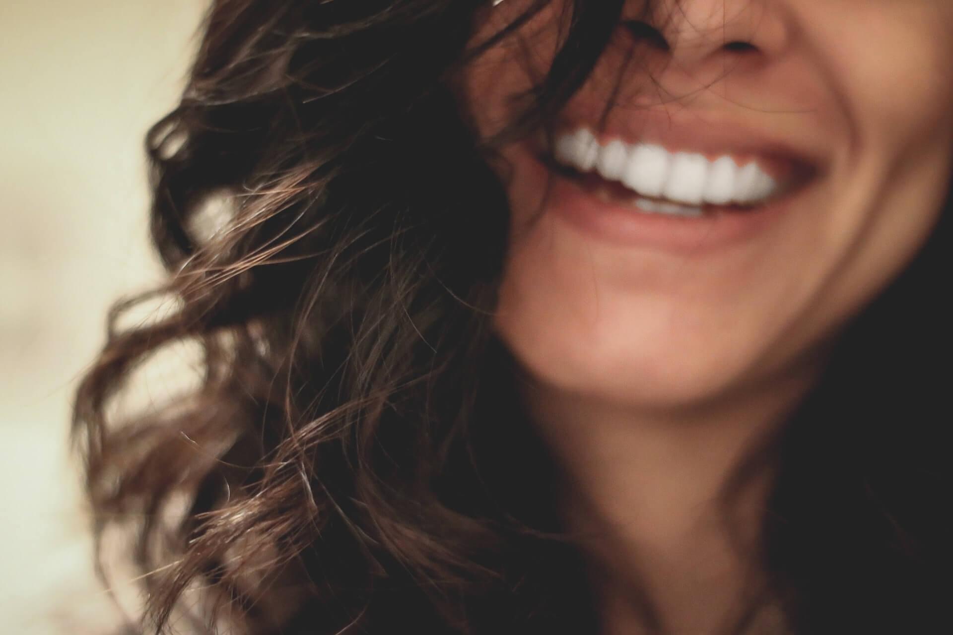 Mujer feliz sonriendo.