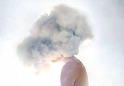 mujer-con-nubes-en-la-cabeza