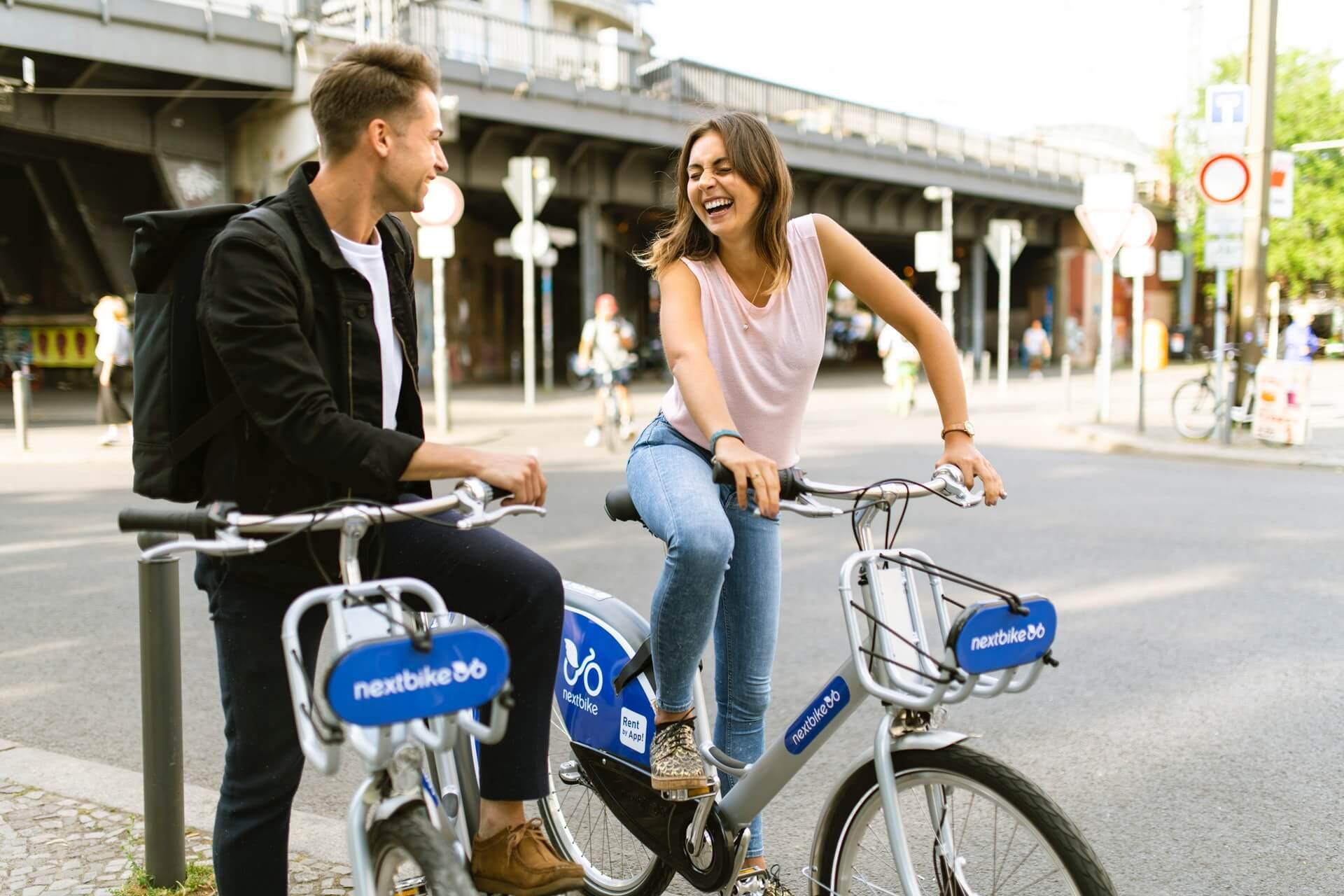 Andar en bicicleta es beneficioso para el cuerpo y la mente.