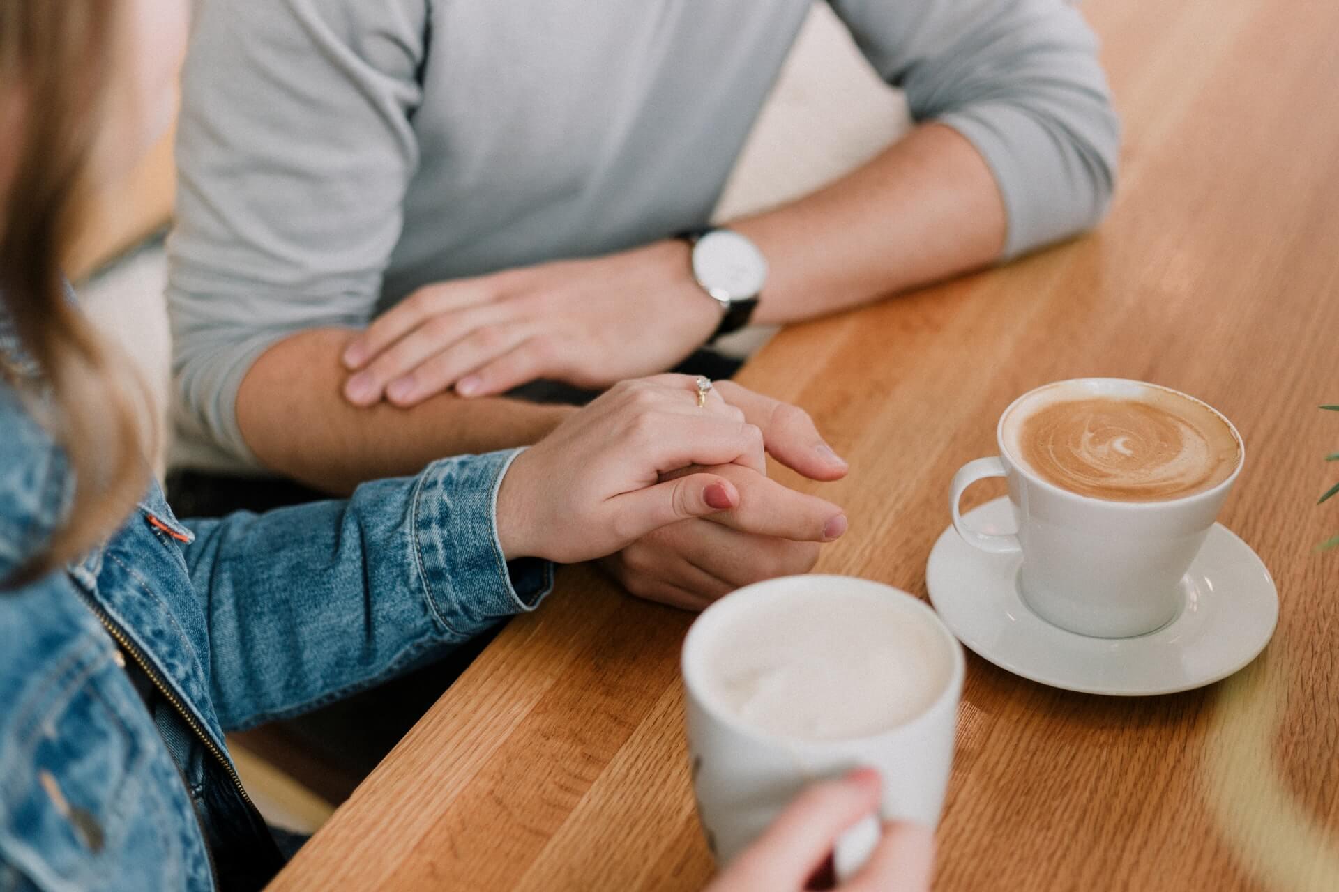 Pareja conversando mientras toman café.