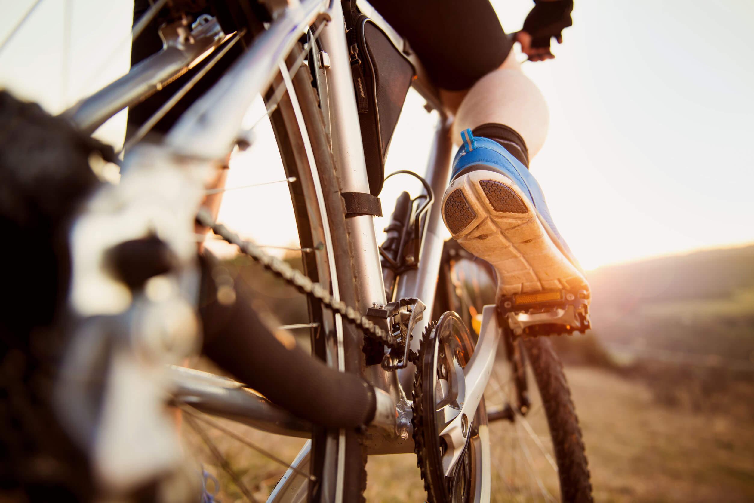 Los pasatiempos creativos incluyen manejar bicicleta.