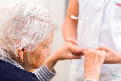 Mujer con alzhéimer haciendo ejercicios