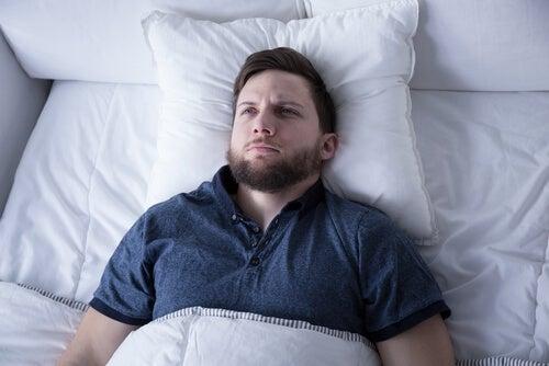 Problemas para conciliar el sueño al acostarte con el estómago lleno