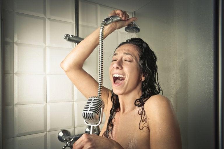 ¿Cantas bajo la ducha? ¡Descubre sus beneficios!