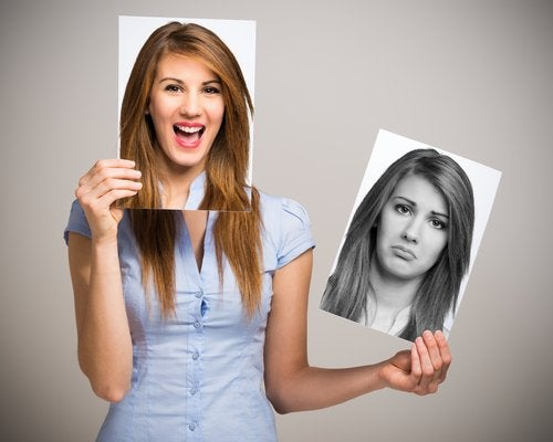 mujer feliz simbolizando el autoconocimiento