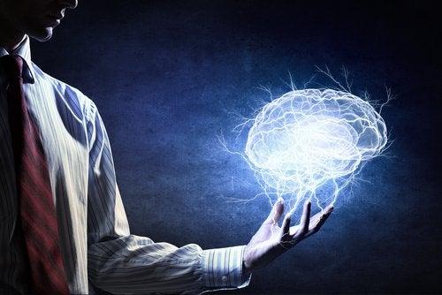 mano con cerebro simbolizando cómo afrontar un ataque de ansiedad