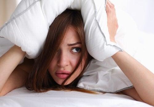 Dormir con el cabello húmedo podría desencadenar dolores de cabeza.