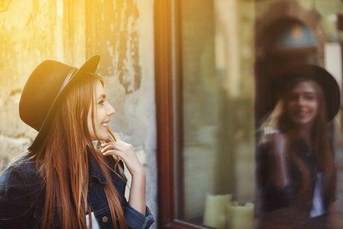 Mujer-mirándose-ené-cristal-de-una-cafeteria
