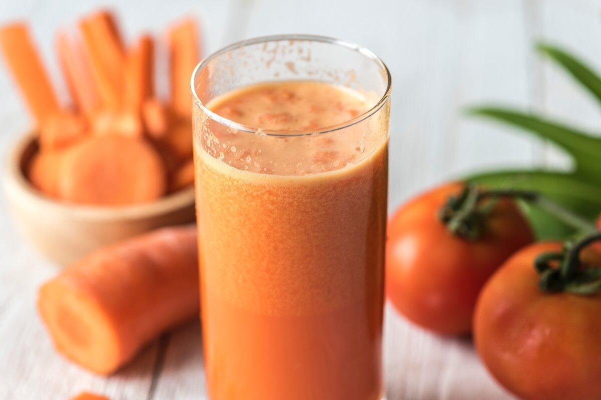 Zumo de zanahoria y tomate para alcalinizar el cuerpo