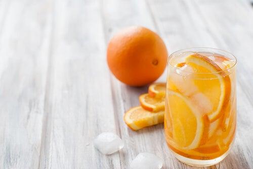 agua con naranja