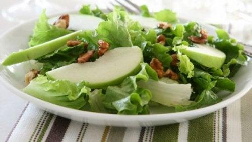 Deliciosa ensalada de manzana verde y apio
