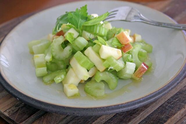 Descubre por qué deberías incluir en tus cenas esta ensalada de apio y manzana verde. ¡Espectacular!