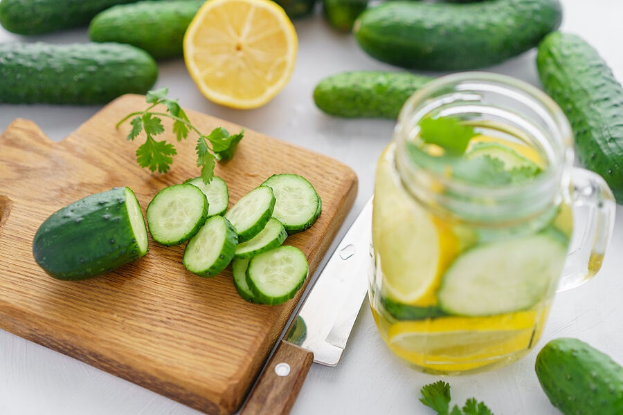 Bebida refrescante de pepino, limón y hierbas