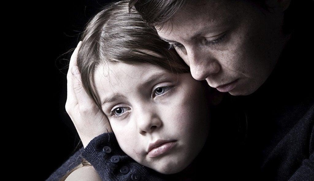 niña-apoyando-a-su-madre