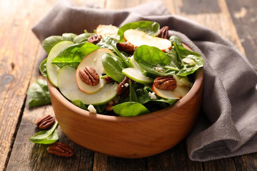 Ensalada de apio y manzana verde para tus cenas