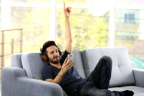 escuchando música en el sofá