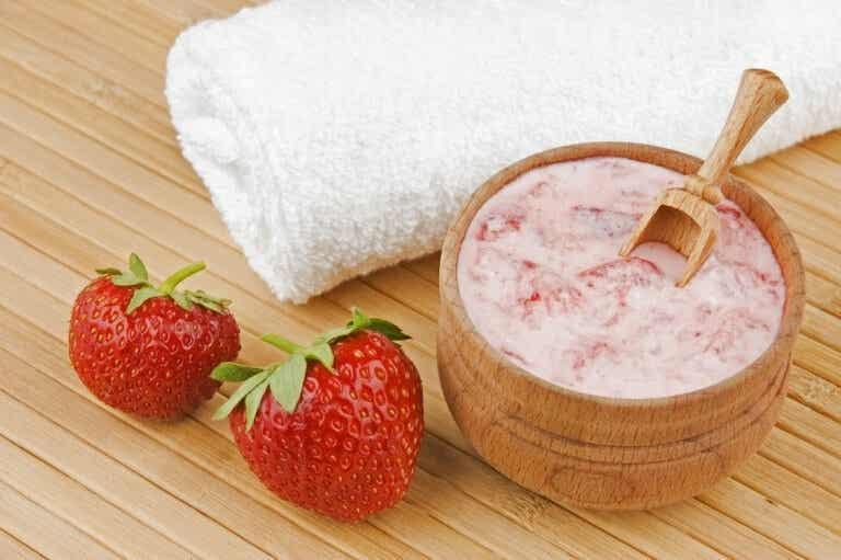 Mascarilla de limón, fresa y rosa mosqueta para eliminar manchas