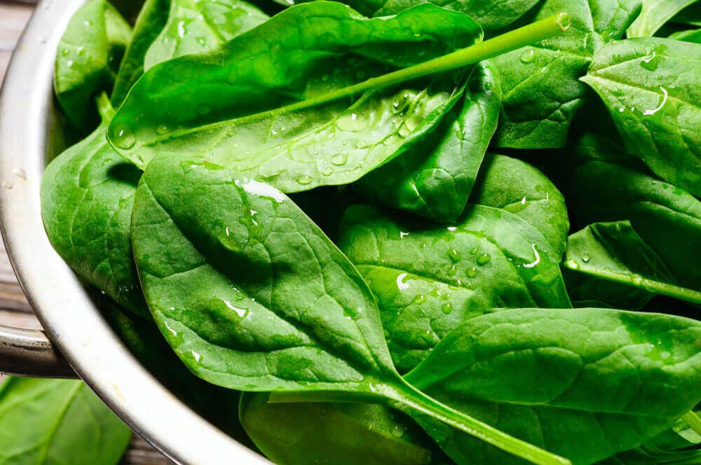 Espinacas en hojas.