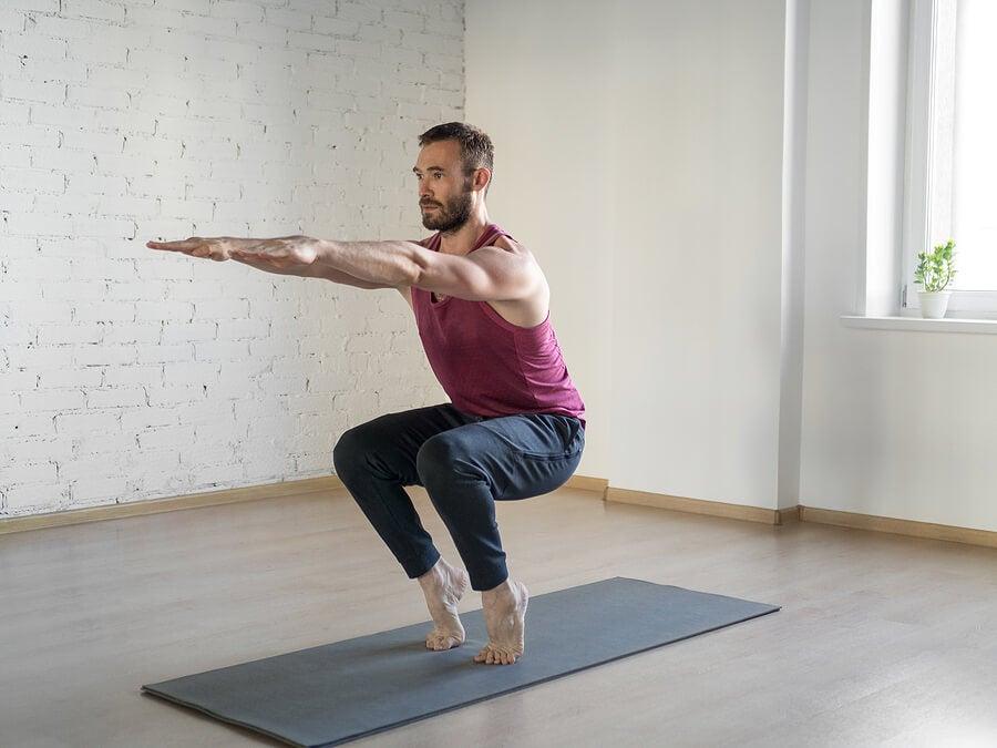Hombre haciendo yoga de puntillas.