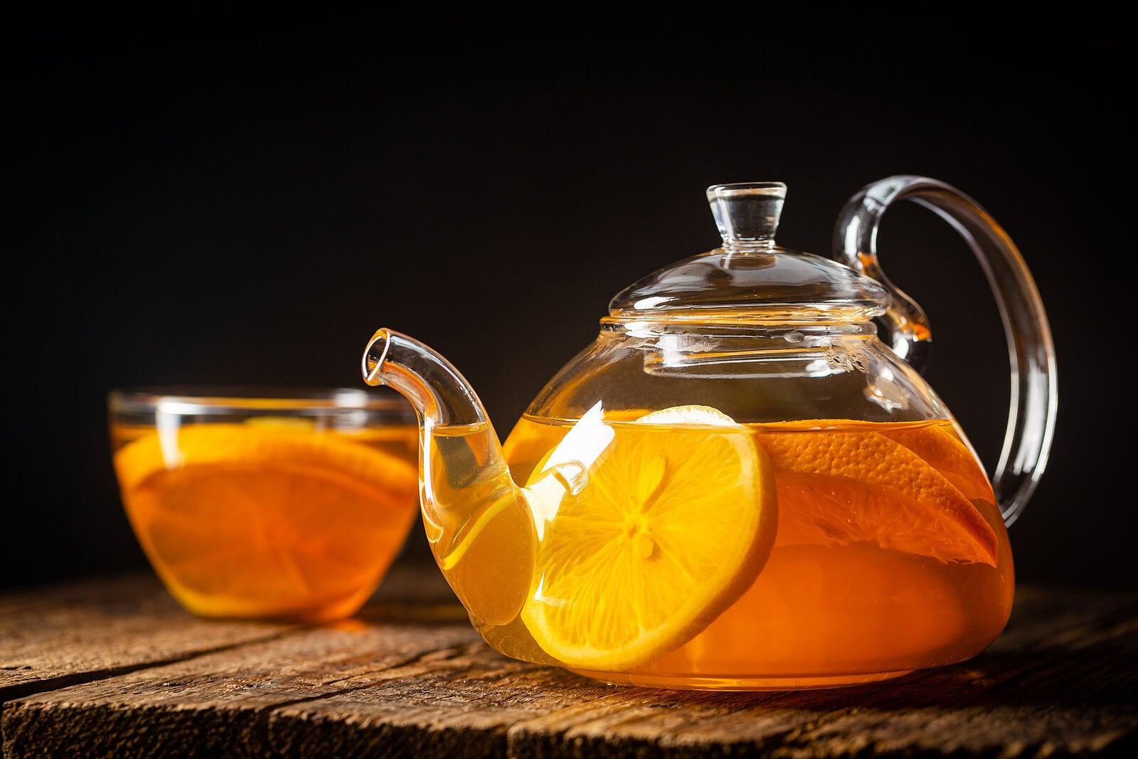 Infusión de melisa, pasiflora y naranja para aliviar los nervios del estómago.