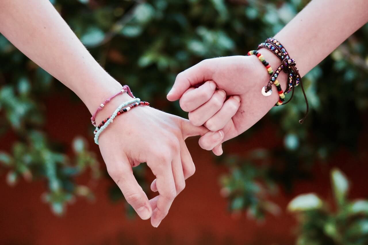 Manos de adolescentes que simbolizan las primeras relaciones sexuales.
