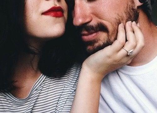 mujer-acariciando-el-rostro-de-su-pareja