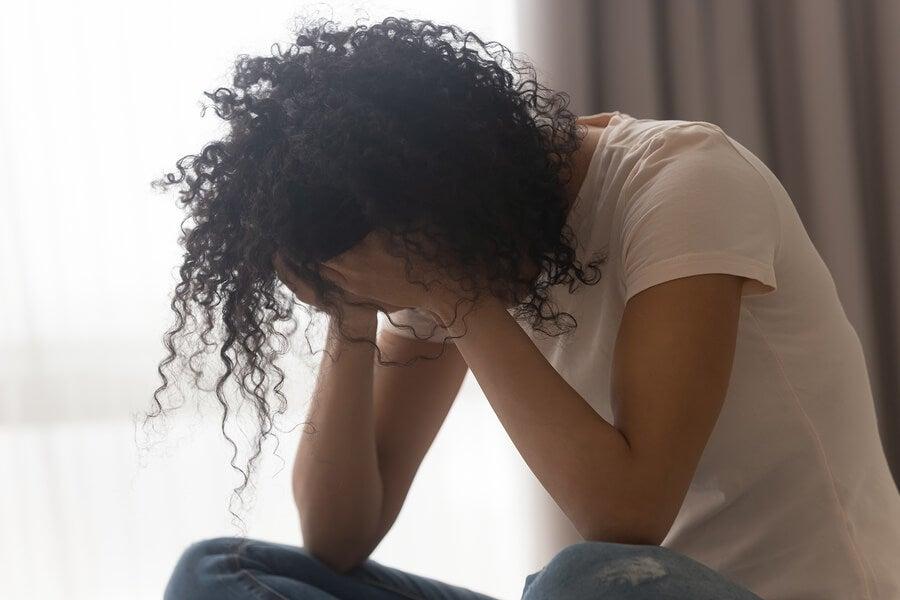 Mujer agobiada con energías negativas