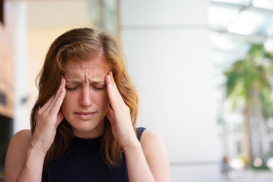 Mujer con cefalea por ansiedad social.
