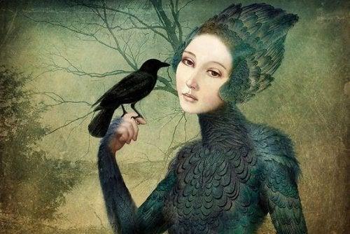 mujer con cuervo que piensa en la felicidad