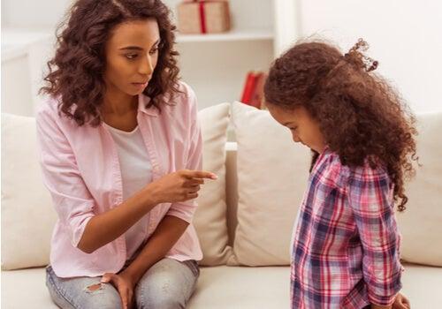Mujer culpando a su hija sobre las notas