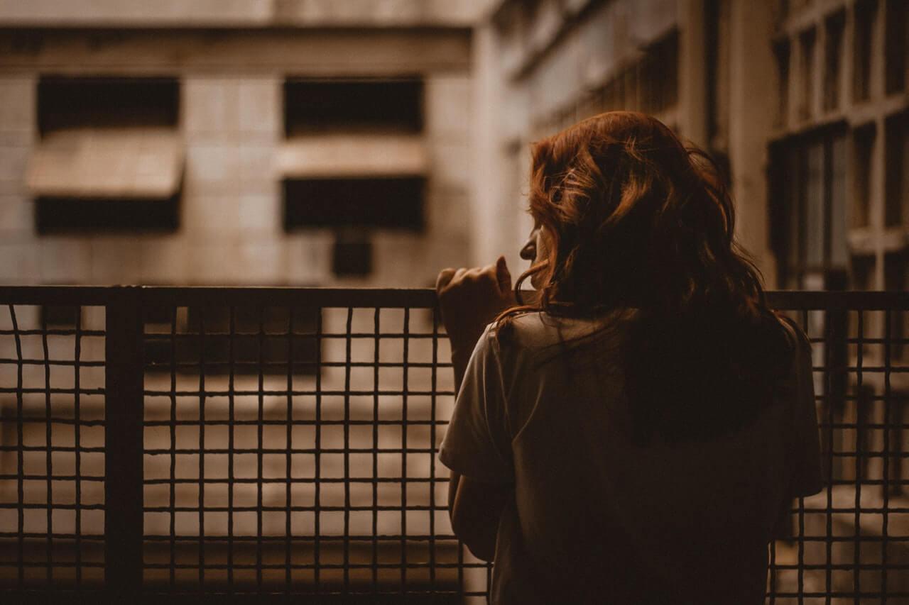 Mujer detrás de una reja
