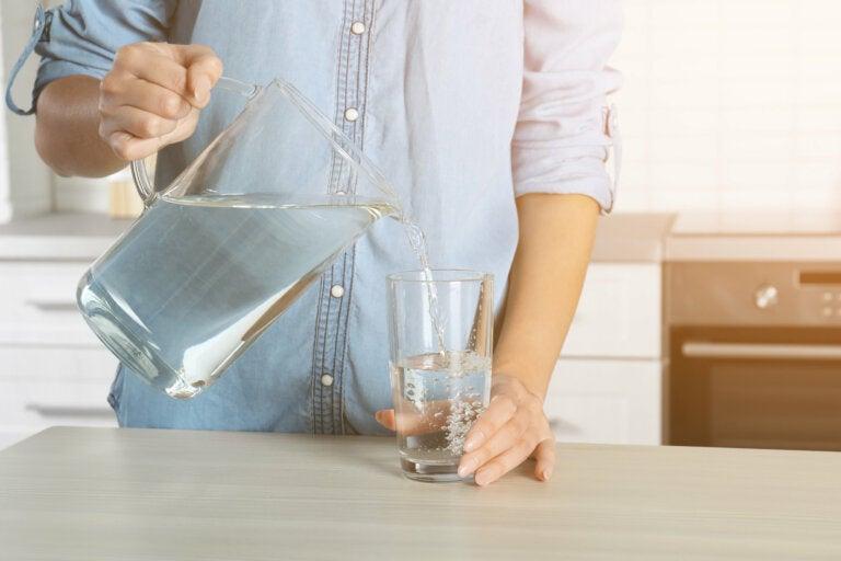 7 síntomas de que no bebes suficiente agua