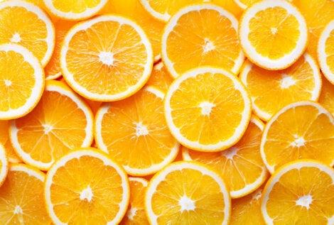 Naranjas cortadas por la mitad.