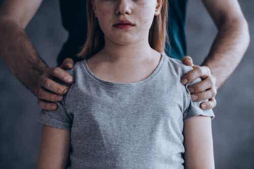 Padre con las manos sobre los hombros de su hija