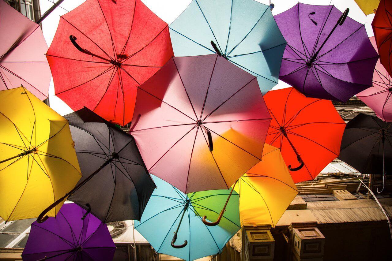 Colores en los paraguas.