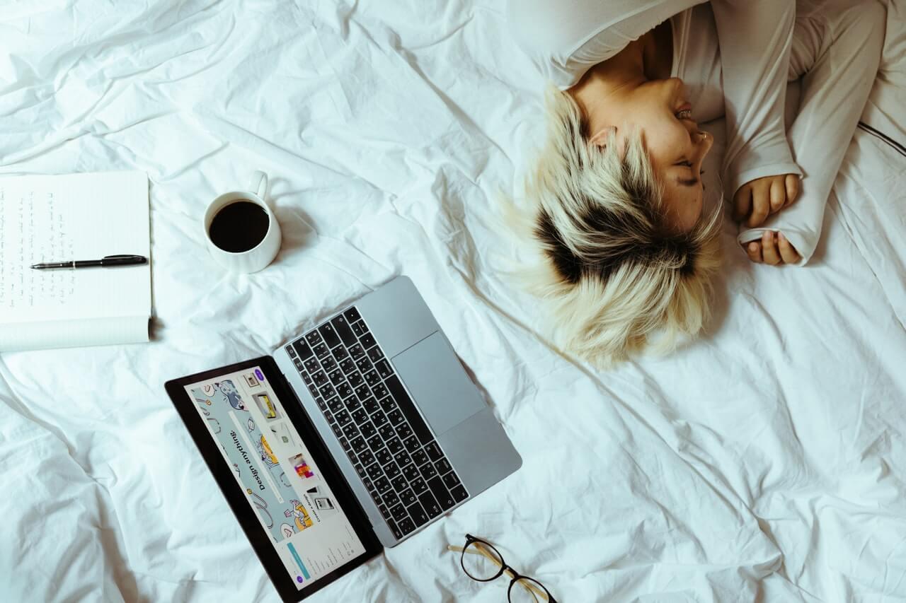 Persona trabaja en la cama.