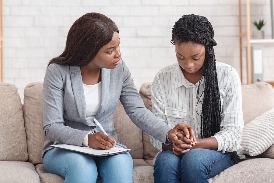 Psicóloga con paciente durante una sesión de terapia.