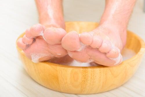 Remojar los pies para las uñas encarnadas.